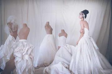 Pilihan Gaun Pernikahan Internasional Dalam Palet Putih, Merah dan Warna Warni