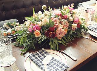 Pesona Rangkaian Bunga Pada Tata Saji Pernikahan oleh Twigs and Twine