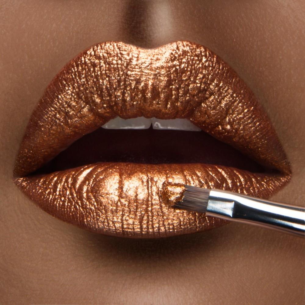 Tren Riasan Bibir Metalik yang Kian Melambung