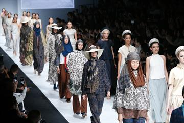 Dewi Fashion Knights 2014: A Journey To The World menutup rangkaian Jakarta Fashion Week 2015