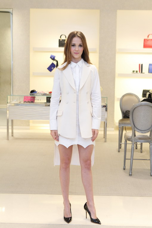 Tips Menciptakan Gaya Minimalis Klasik Dengan Shirt Dress Putih