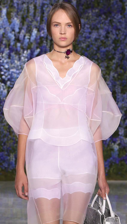 Berbagai Gaya Pakaian Tembus Pandang dari Loewe Hingga Gucci