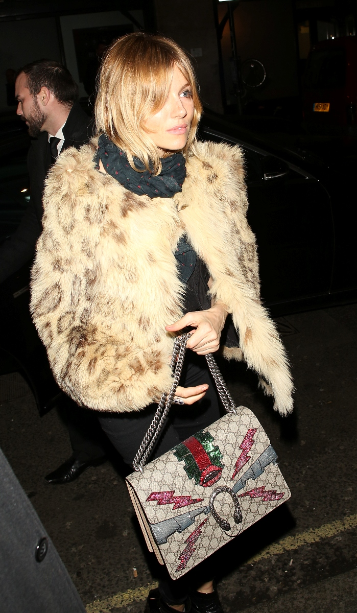 Gaya Eksentrik Aktris Sienna Miller dengan Tas Kanvas dari Gucci