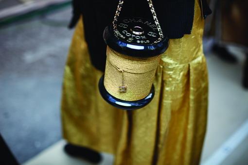Tas Unik Berbentuk Gulungan Emas dari Chanel yang Patut Anda Koleksi