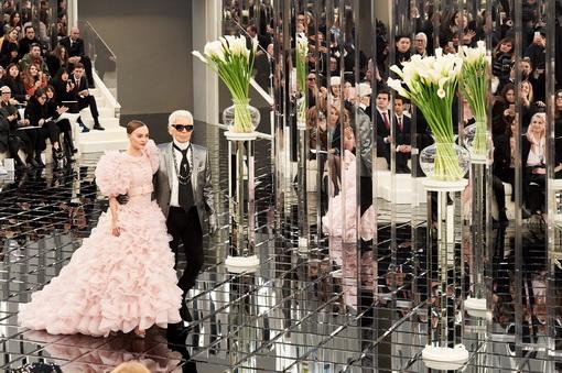 Bersinarnya Lily-Rose Depp Menutup Pagelaran Koleksi Adibusana Chanel Musim Ini