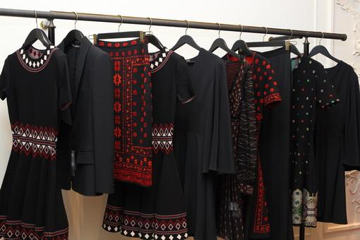 Sosok Peri Malam Penuh Misteri yang Diadopsi Sarah Burton untuk Koleksi Fall /Winter 2016Alexander McQueen