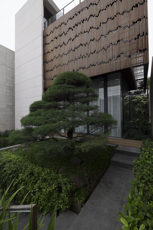 Simak Kehangatan Rumah Modern Penuh Karya Seni milik Farah Balkis