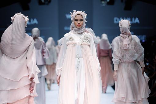 Wardah Meluncurkan Trend Makeup Terbaru Lewat Parade Busana Youniverse di Jakarta Fashion Week 2017