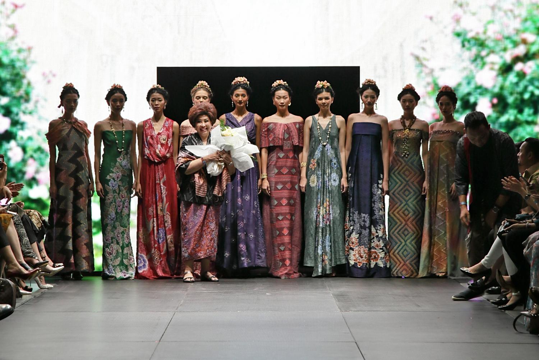 Simak Koleksi Istimewa Busana Parang Kencana di Pagelaran Plaza Indonesia Fashion Week 2017