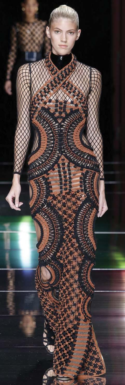 Aplikasi Desain Khas Afrika pada Koleksi Valentino dan Balmain