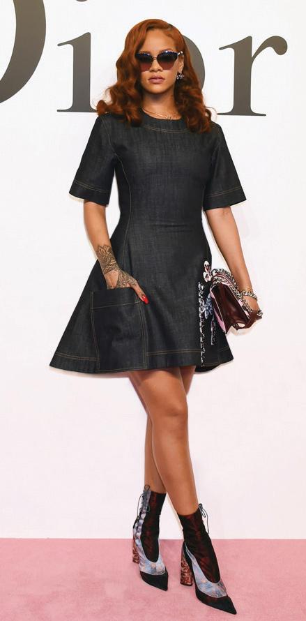 Gaya Penyanyi Rihanna Dalam Balutan Gaun Denim Dior