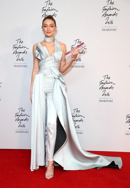 Gigi Hadid Menerima Titel Model of The Year 2016 dalam Balutan Atelier Versace