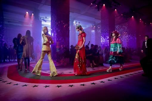 Intip Pagelaran Busana Bernuansa Klub Malam Tahun 80-an Gucci