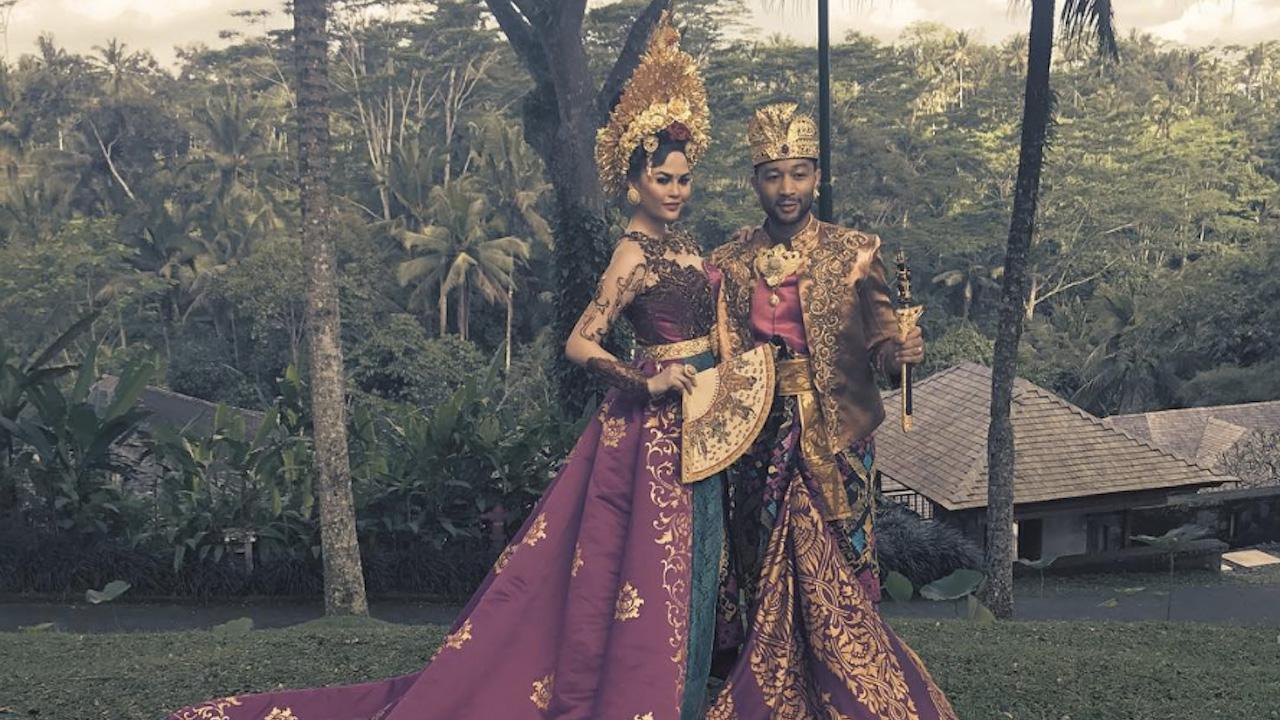 John Legend dan Chrissy Teigen Berpose dalam Pakaian Tradisional Bali