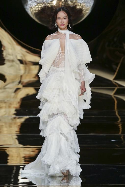 Gaun Rumbai Dramatis untuk Hari Spesial Anda