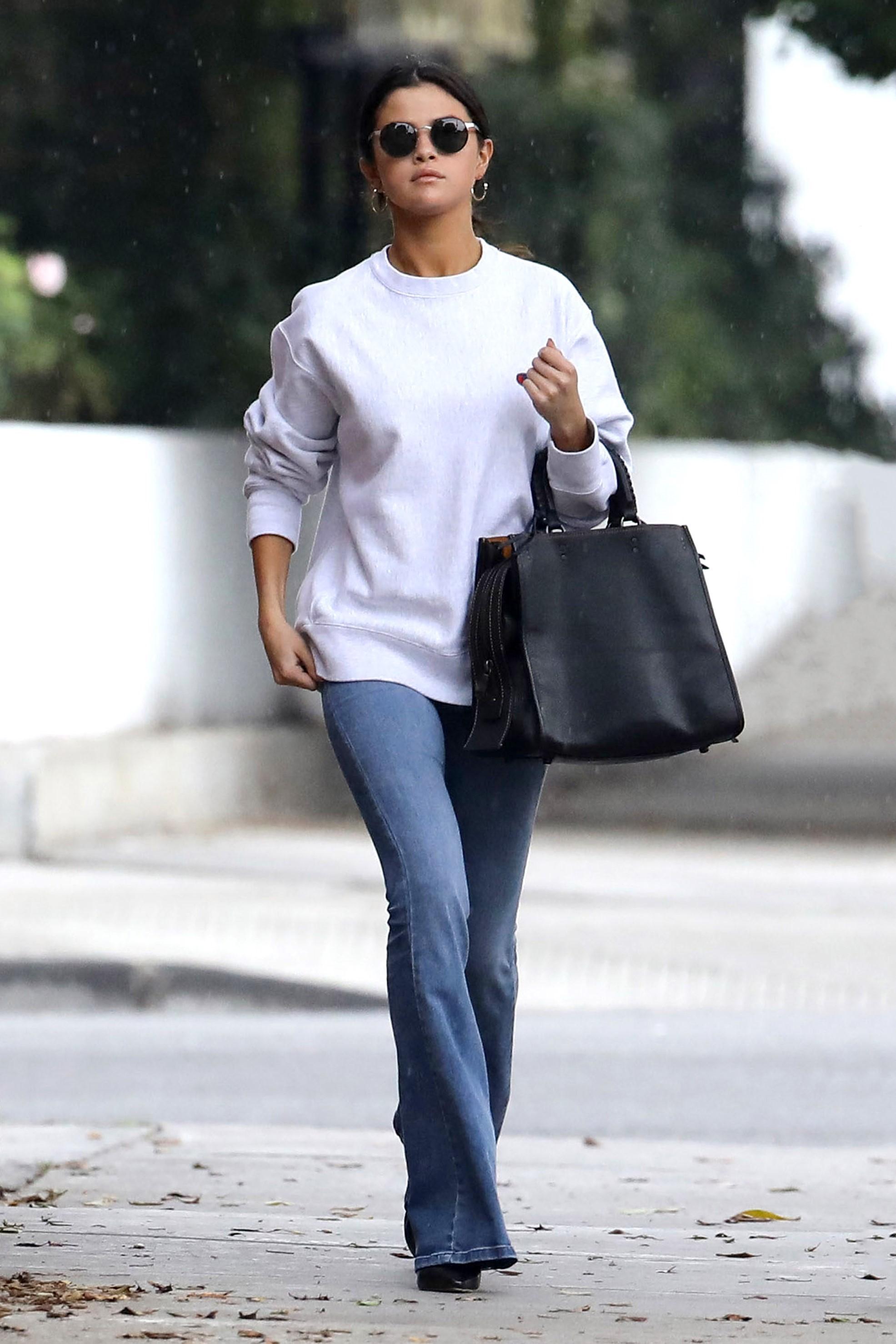 Ini Cara Selena Gomez Tampil Kasual dengan Tas Coach