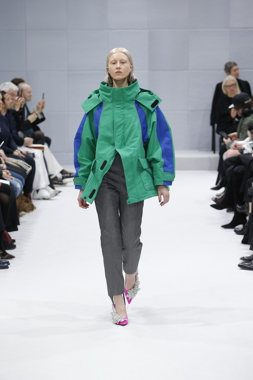 Simak Koleksi F/W 2016 Pertama Demna Gvasalia untuk Rumah Mode Balenciaga
