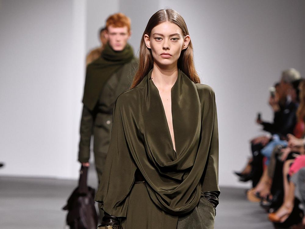 Tampil Feminin dan Mewah dengan Gaun Lembut Berbahan Dasar Satin