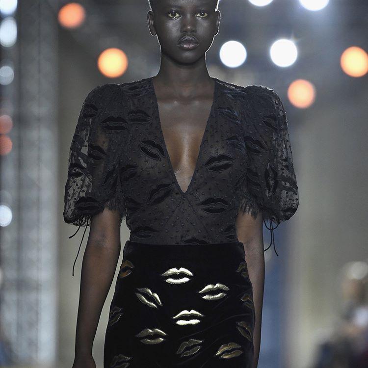 Clare Waight Keller Menampilkan Koleksi Pertamanya Untuk Givenchy