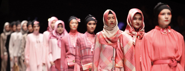 Desainer Senior Itang Yunasz Lansir Koleksi Teranyarnya Bertajuk 'Cindramata' di Panggung JFW 2017